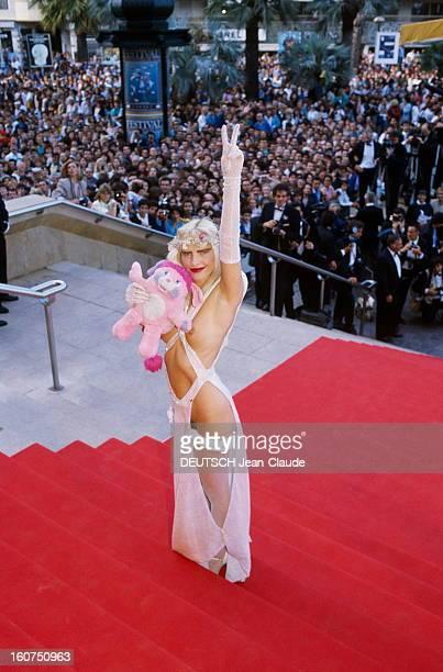 41st Cannes Film Festival 1988 Le 41ème Festival de CANNES se déroule du 11 au 23 mai attitude souriante de la CICCIOLINA posant sur les marches du...