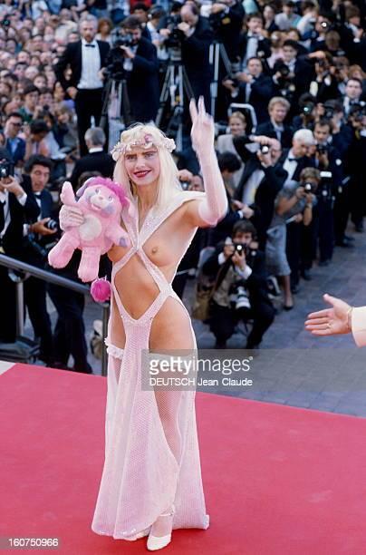 41st Cannes Film Festival 1988 Le 41ème Festival de CANNES se déroule du 11 au 23 mai attitude souriante de la CICCIOLINA posant en haut des marches...