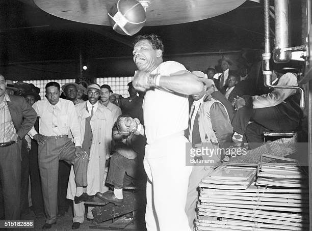 Chicago, IL- Former middleweight champion Sugar Ray Robinson punches the bag during a workout at Joe Louis' gymnasium. Robinson will attempt to...