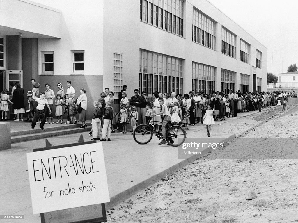 Students Line Up For Polio Vaccine Shots : News Photo