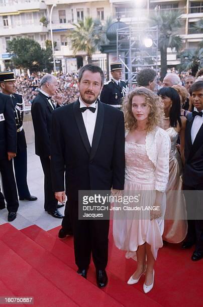 42nd Cannes Film Festival 1989 Le 42ème Festival de CANNES se déroule du 11 au 23 mai JeanJacques BEINEX en smoking noeud papillon montant les...