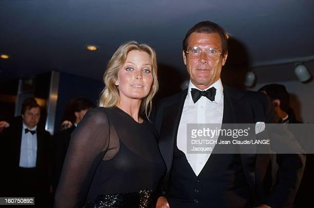 42nd Cannes Film Festival 1989. Le 42ème Festival de CANNES se déroule du 11 au 23 mai : plan de face souriant de Bo DEREK et Roger MOORE en tenue de...
