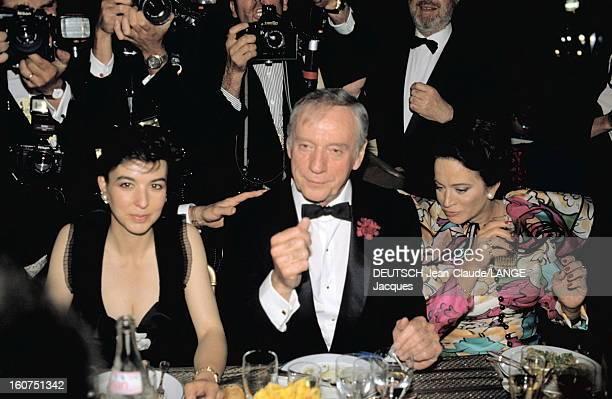 Opening Dinner Le 42ème Festival de CANNES se déroule du 11 au 23 mai Yves MONTAND attablé entre sa compagne Carole AMIEL et Michèle ROCARD