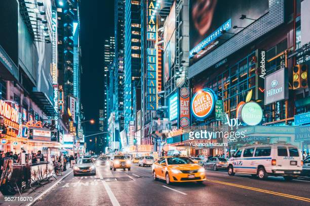 42nd street at night, manhattan, new york - new york city stockfoto's en -beelden