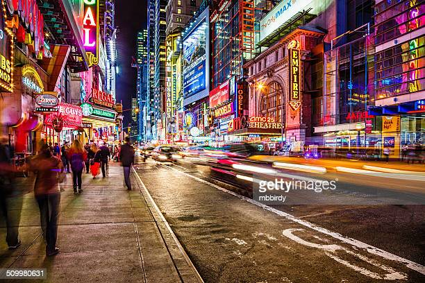 42nd street at night, new york city, usa - new york city stockfoto's en -beelden