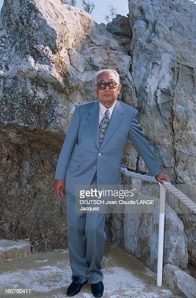 44th Cannes Film Festival 1991 Le 44ème Festival de CANNES se déroule du 9 au 20 mai 1991 plan de face d'Akira KUROSAWA posant dans un escalier...