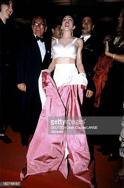 Madonna Le 44ème Festival de CANNES se déroule du 9 au 20 mai 1991 MADONNA aux côtés de son producteur Dino DE LAURENTIIS et du réalisateur du film...