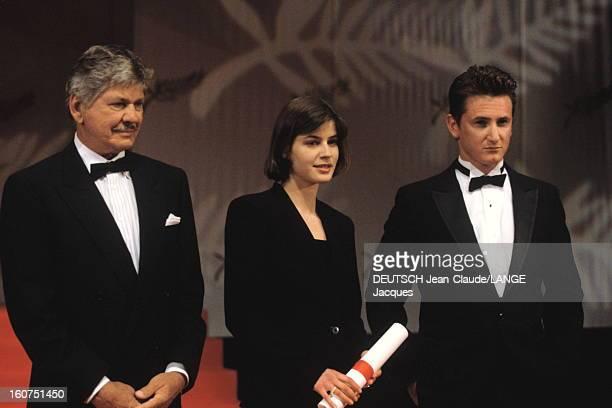 44th Cannes Film Festival 1991: The Winners. Le 44ème Festival de CANNES se déroule du 9 au 20 mai 1991 : attitude souriante d'Irène JACOB prix...
