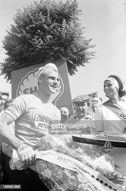 49Th Tour De France 1962 Le 49ème Tour de France 1962 A l'arrivée d'une étape le coureur allemand Rudi ALTIG maillot jaune de l'équipe de Jacques...
