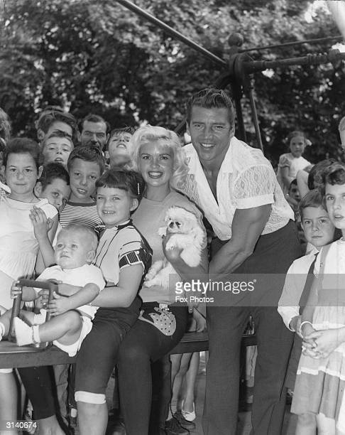 Hollywood sex symbol Jayne Mansfield and her family playing in St James' Park London during a break from filming 'Too Hot To Handle' With her are her...