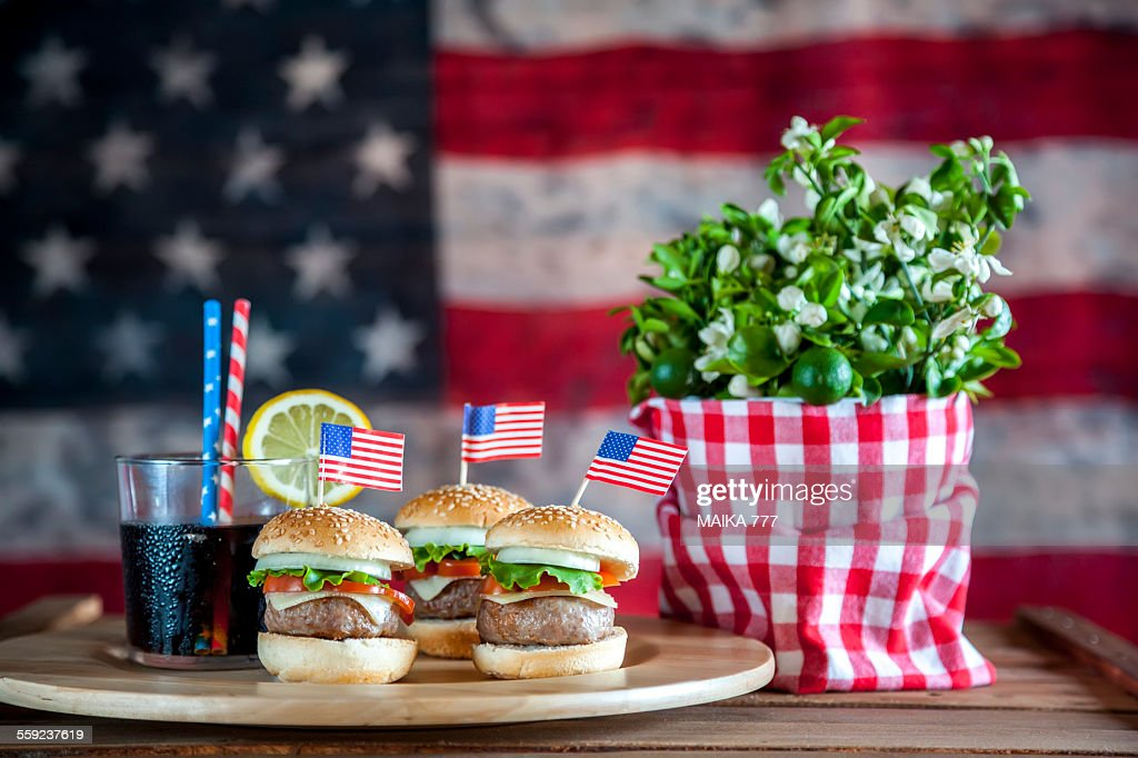 4th July, cheeseburgers & background American flag : Stock Photo