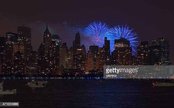 4th of july fireworks in manhattan - 4th stock pictures, royalty-free photos & images