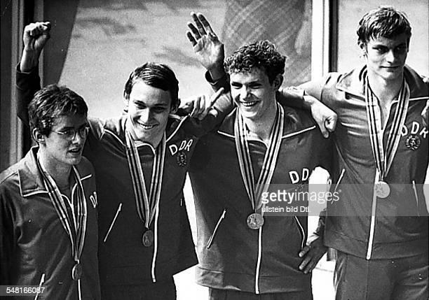 4x200MeterFreistilstaffel Männer Siegerehrung DDR Gewinner der Silbermedaille vlnr freuen sich Rainer Strohbach Detlev Grabs Frank Pfütze und Jörg...