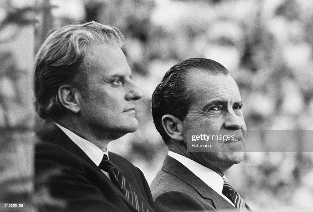 Richard Nixon with Billy Graham : News Photo