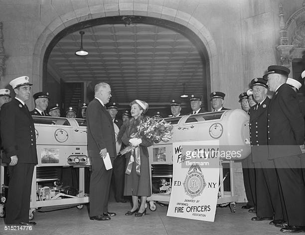 5/31/1950New York NY Actress Helen Hayes accepts two iron lungs worth $2500 each in behalf of the National Foundation for Infantile Paralysis during...