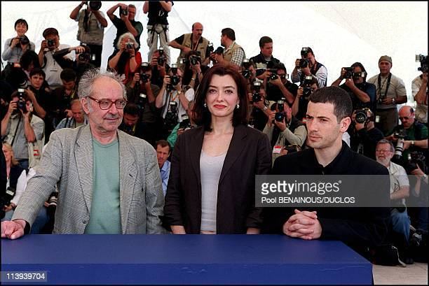 54th Cannes Festival Photocall of ' Eloge a l'Amour' by JeanLuc Godard In Cannes France On May 15 2001JeanLuc Godard Cecile Camp Bruno Putzulu