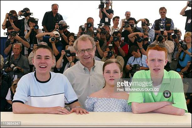 """55th Cannes film festival: Photo-call of """"Sweet Sixteen"""" In Cannes, France On May 21, 2002-Martin Compston, Ken Loach, Anne-Marie Fulton, William..."""