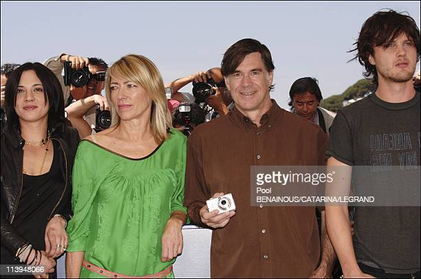 58th Cannes Film Festival Photocall of Last days In Cannes France On May 13 2005Asia Argento Kim Gordon Gus Van Sant Michael Pitt
