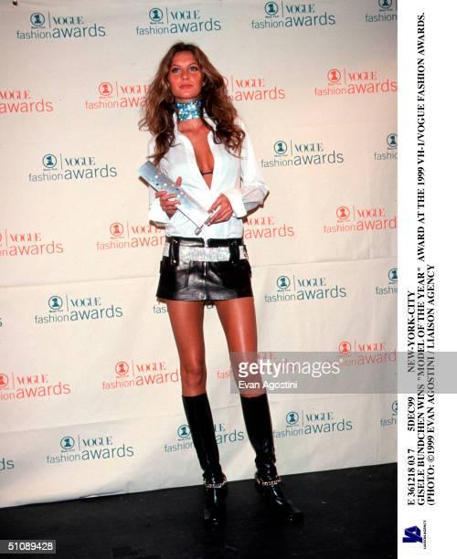 E 361218 037 5Dec99 NewYorkCity Gisele Bundchen Wins 'Model Of The Year' Award At The 1999 Vh1/Vogue Fashion Awards