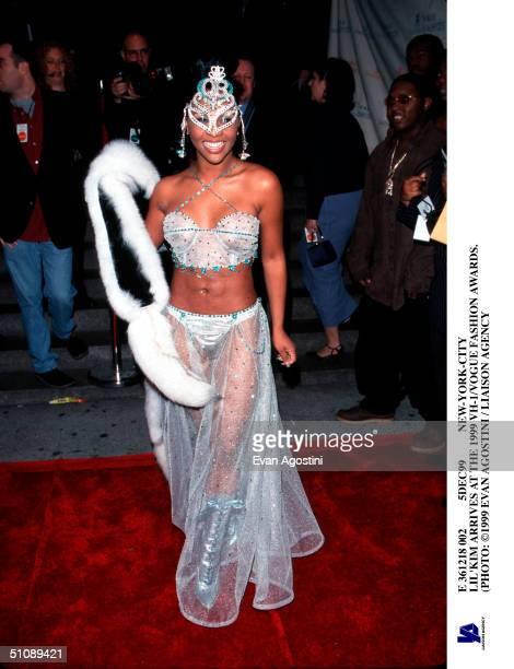 E 361218 002 5Dec99 NewYorkCity Lil'Kim Arrives At The 1999 Vh1/Vogue Fashion Awards