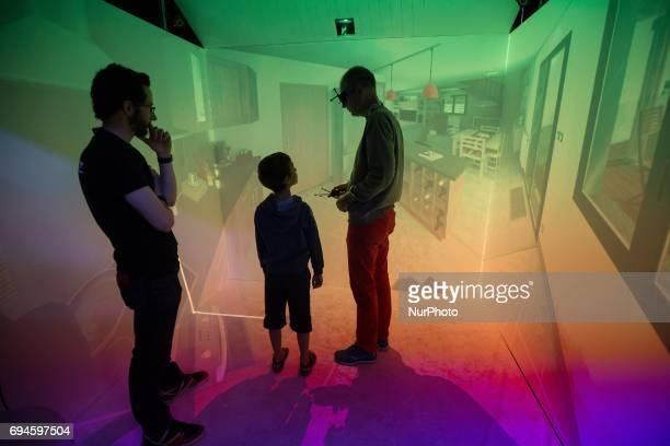 A 5sided virtual reality cube that allows the user to be immerse in a scale 1/1 environnemnt during « Futur en Seine » an international festival...