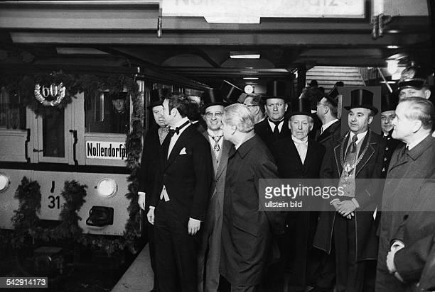 Jähriges Jubliläum der U-Bahnlinie 4 ; im Bild der Bezirksbürgermeister von Schöneberg Hans Kettner vor einem geschmückten U-Bahnwagen im Bahnhof...