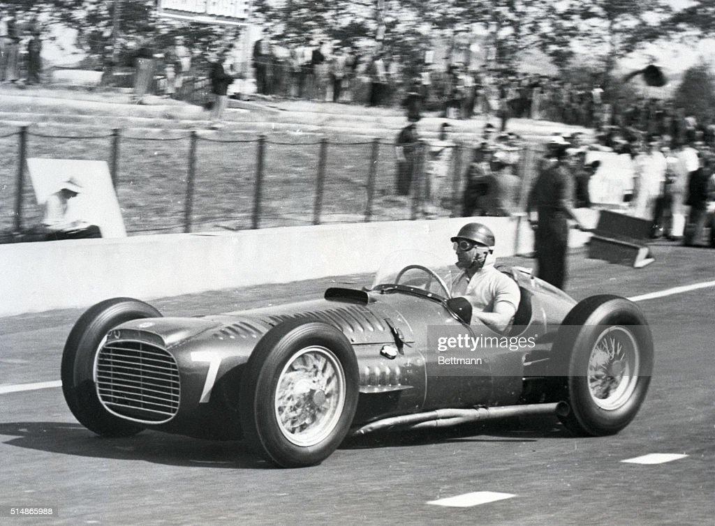 Juan Manuel Fangio Warming Up Race Car : ニュース写真
