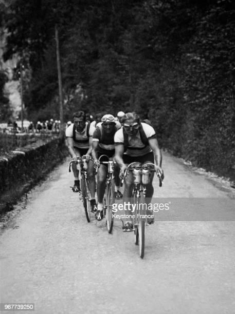 6e étape du Tour de France le peloton file après le col des Aravis emmené par Ezquerra en France le 14 juillet 1936