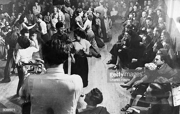 Canadian director Edward Dmytryk, who was forced into exile during the McCarthy witch-hunt spends an evening at the Jazz Club in London, listening to...