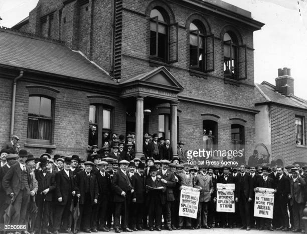 Strikers outside the headquarters of the Amalgamated Society of Engineers during the Woolwich Arsenal Strike