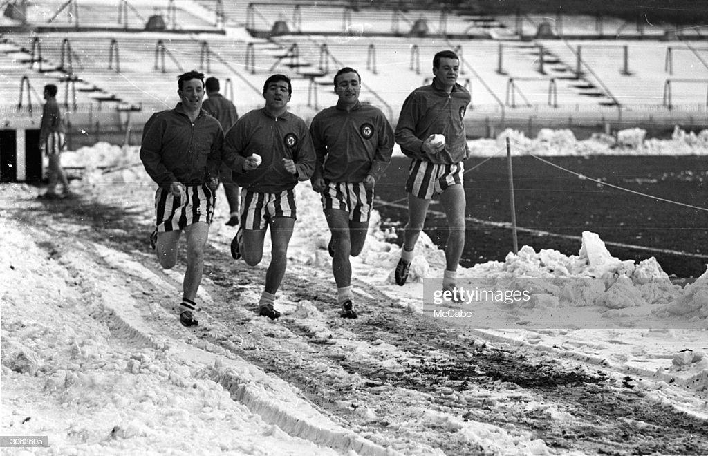 A Run In The Snow : News Photo