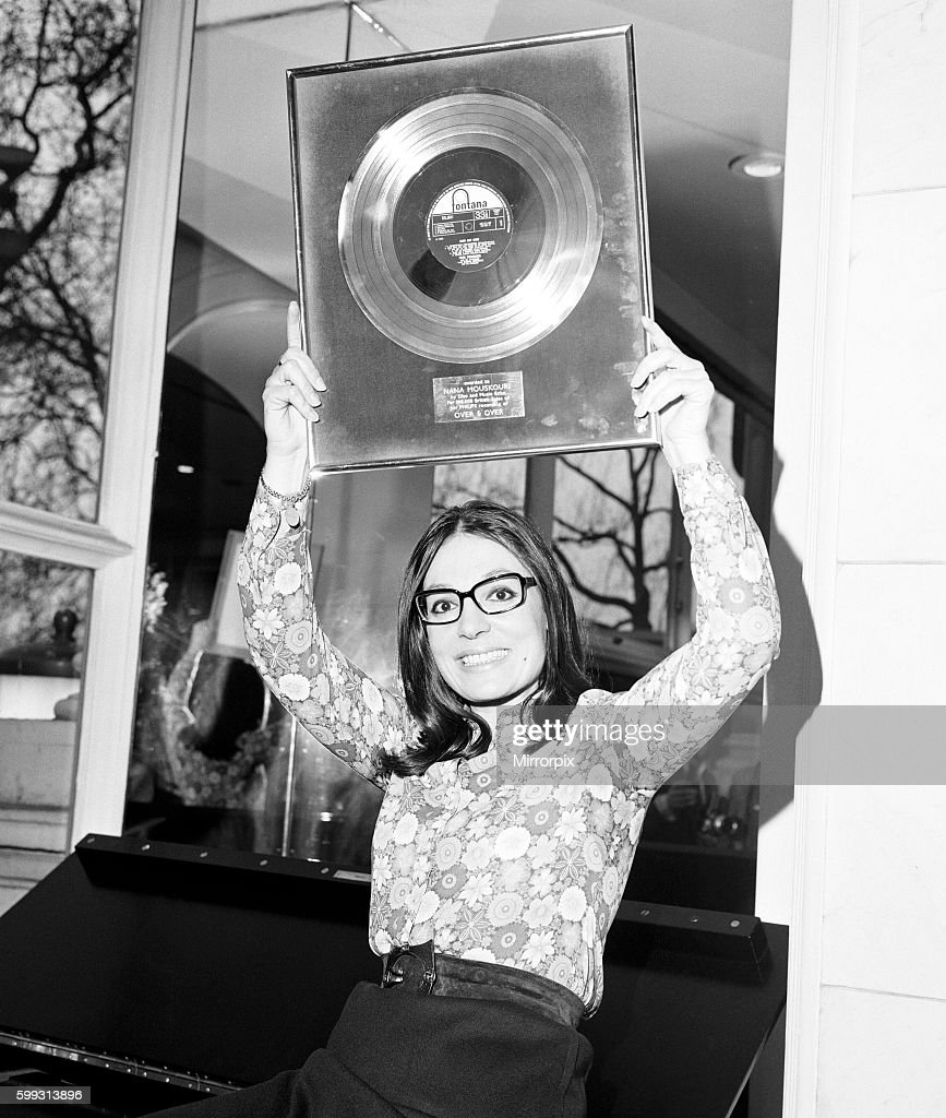 Nana Mouskouri, International Singing Star, is presented with a gold disc for her LP 'Over and Over', at the Savoy Hotel : Fotografía de noticias