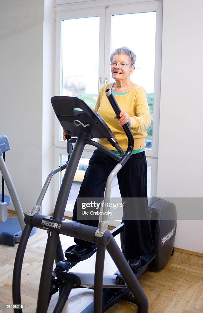 Senior Woman Exercising In A Gym : News Photo