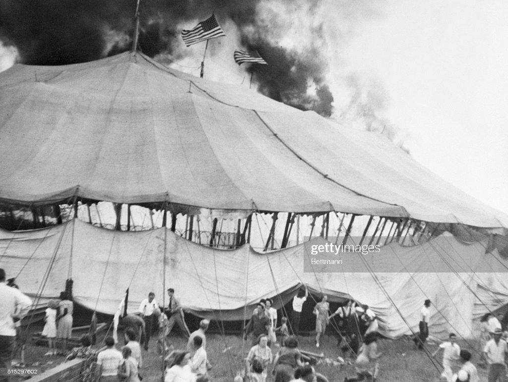 Circus Tent on Fire : Fotografía de noticias