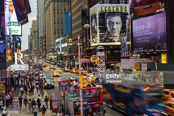 7 th avenue をマンハッタン・アット・タイムズスクエアで、ニューヨーク - アベニュー ストックフォトと画像