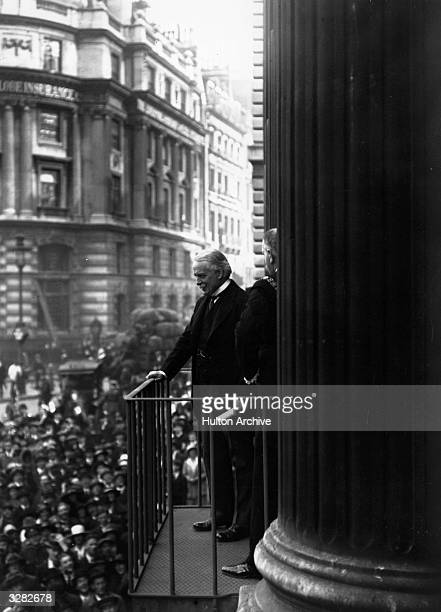 Prime Mnister David Lloyd George addresses the crowd from Mansion House in the City of London