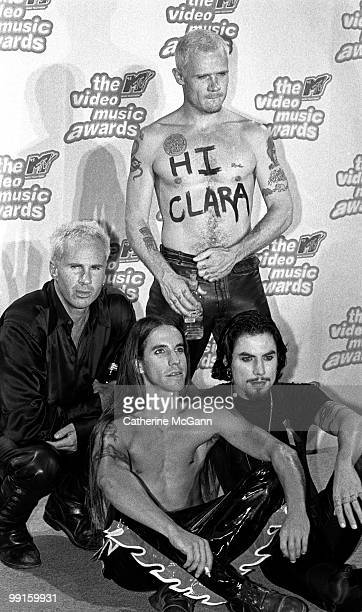 Red Hot Chili Peppers LR Chad Smith Anthony Kiedis Dave Navarro and Flea pose for a group photo at the 12th Annual MTV Video Music Awards on...