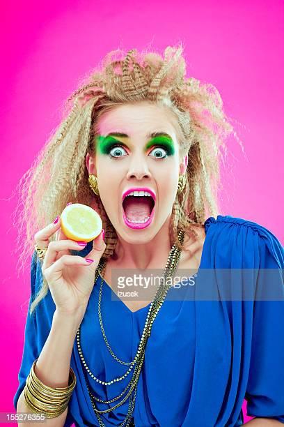 80 er style-Mädchen mit Zitrone