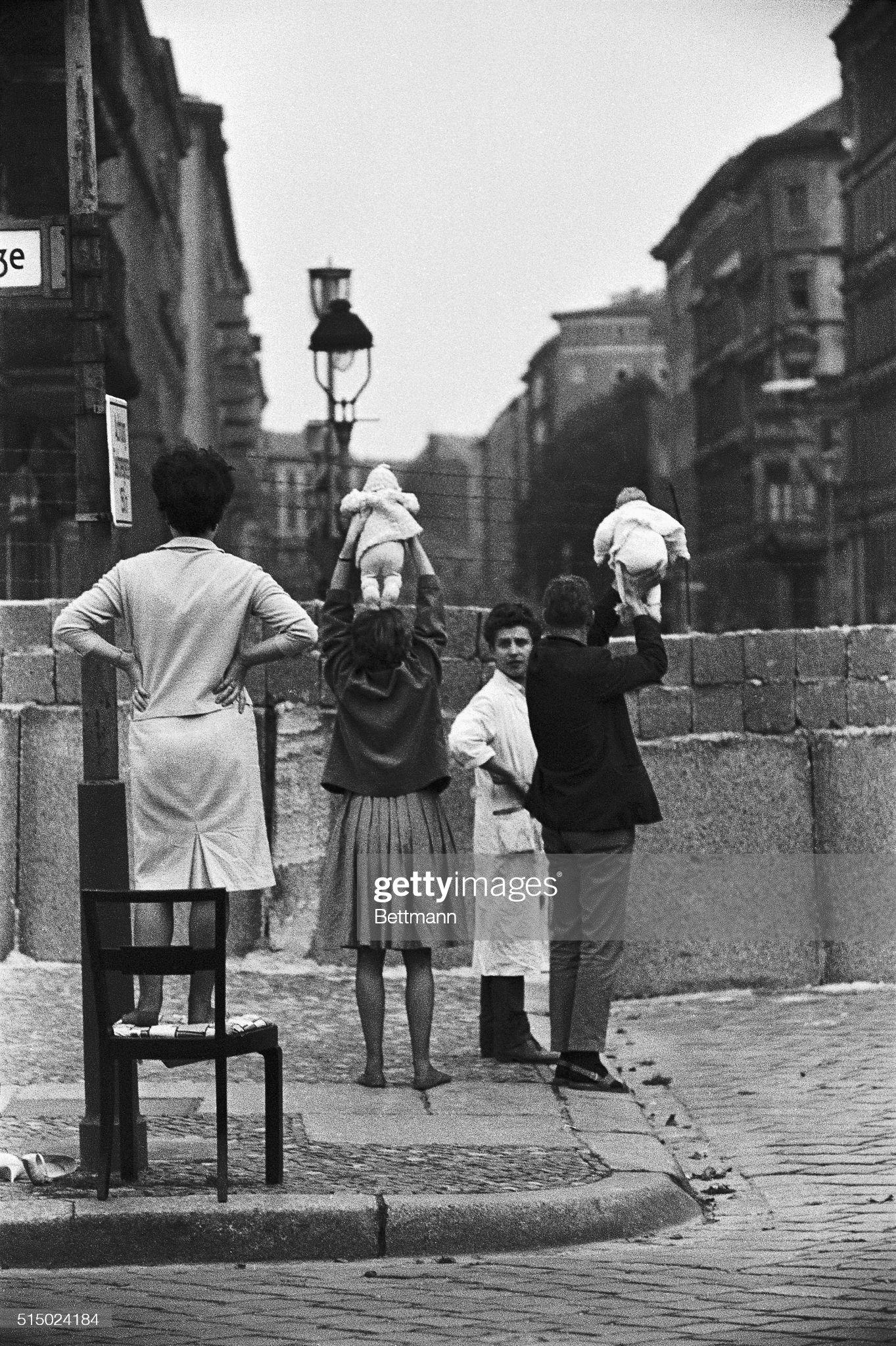 Otec a matka ukazujú bábätko nad múrom: Novinky Foto