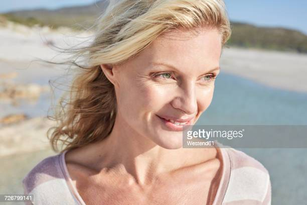 840489ortrait of a mature woman enjoying the sun - einzelne frau über 40 stock-fotos und bilder
