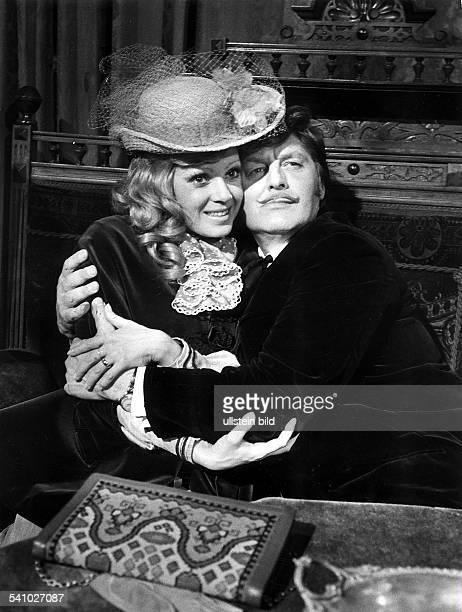 1924Schauspieler, Fernsehen, DSzene aus der ZDF Fernsehserie'Lokaltermin'.Pfitzmann ist mit Anita Kupsch zu sehen.-04 1973