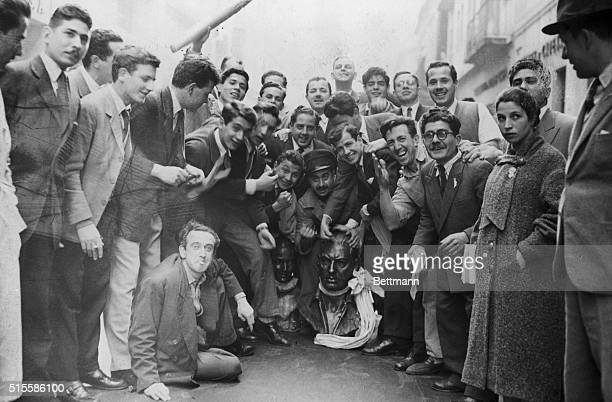 9/27/1955Buenos Aires ArgentinaStudents of Argentina gather around a bust of deposed dictator Juna Peron after the succesful revolt against his...