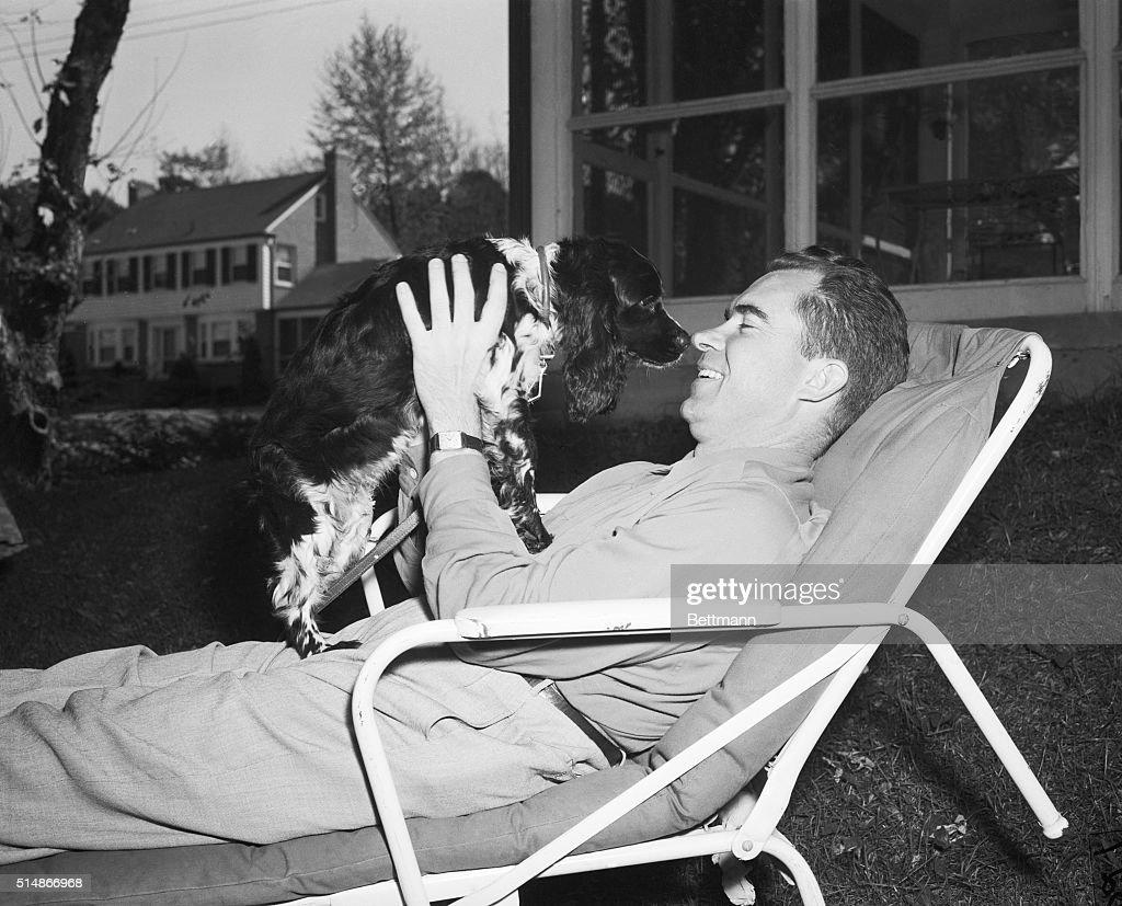 Richard Nixon With Family Pet : Nachrichtenfoto