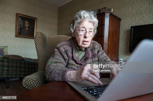 97-year-old lady with a laptop - seniore vrouwen stockfoto's en -beelden