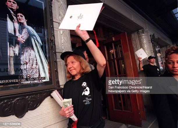 9b/C/27NOV96/PK/LH--Marie Waldmann passes selling souvenir programs for 'Phantom of the Opera'. Liz Hafalia