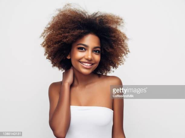 _beautiful巻き毛の髪型で笑顔の女の子 - ナチュラルヘア ストックフォトと画像