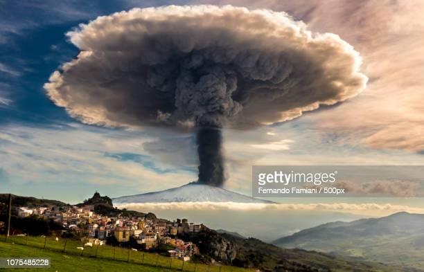 _f7a2627.jpg - bomba nuclear fotografías e imágenes de stock