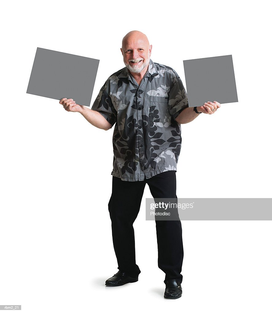 a bearded elderly caucasian man in a hawaiian shirt holds two signs on either side of himself : Stockfoto
