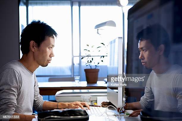 a business man working at office - ウェブデザイナー ストックフォトと画像