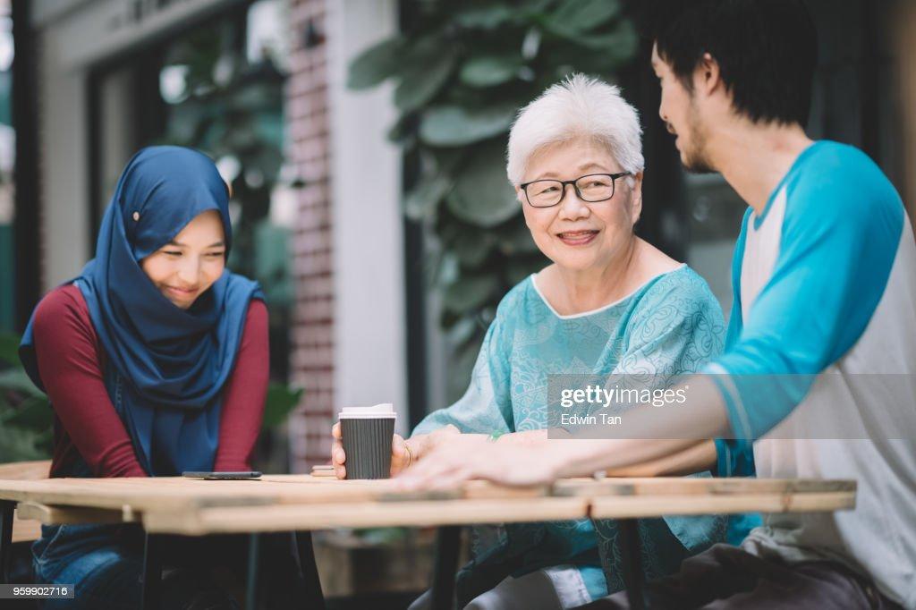 ein chinesische Sohn stellen seine malaiischen Freundin seiner Mutter zum ersten Mal : Stock-Foto